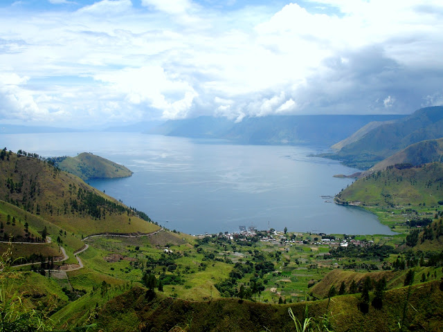 travelling to toba lake, toba lake, best tourist attraction in north sumatera Indonesia