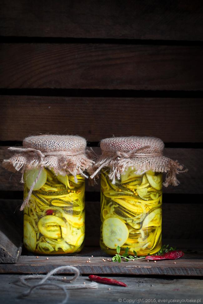 cukinia marynowana w occie jabłkowym z kurkumą i papryczką chili