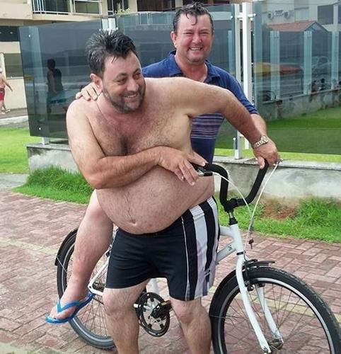 Imagem do dia: Prefeito de Nova Cantu querendo subir no varão...