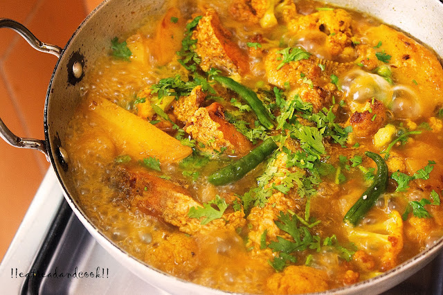 Aloo Fulkopi Die Macher Jhol recipe / Bengali Fish Curry with Potato and Cauliflower recipe with by step pictures