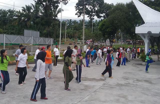 Masyarakat tampak serius  mengikuti senam Prolanis di Klinik Sutra Medical Centre (SMC)