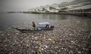 lixo na Baía de Guanabara