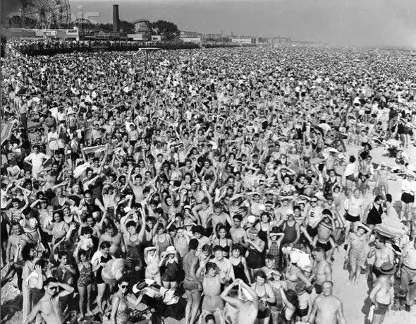 Arthur Weegee Fellig,  Listen Without Prejudice, George Michael plage de Coney Island en 1940 La Muzic de Lady