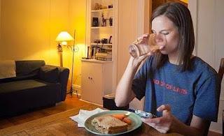 Ini Dia Alasan Mengapa Tidak Dianjurkan Makan Terlalu Malam, Ternyata Ini Dampaknya
