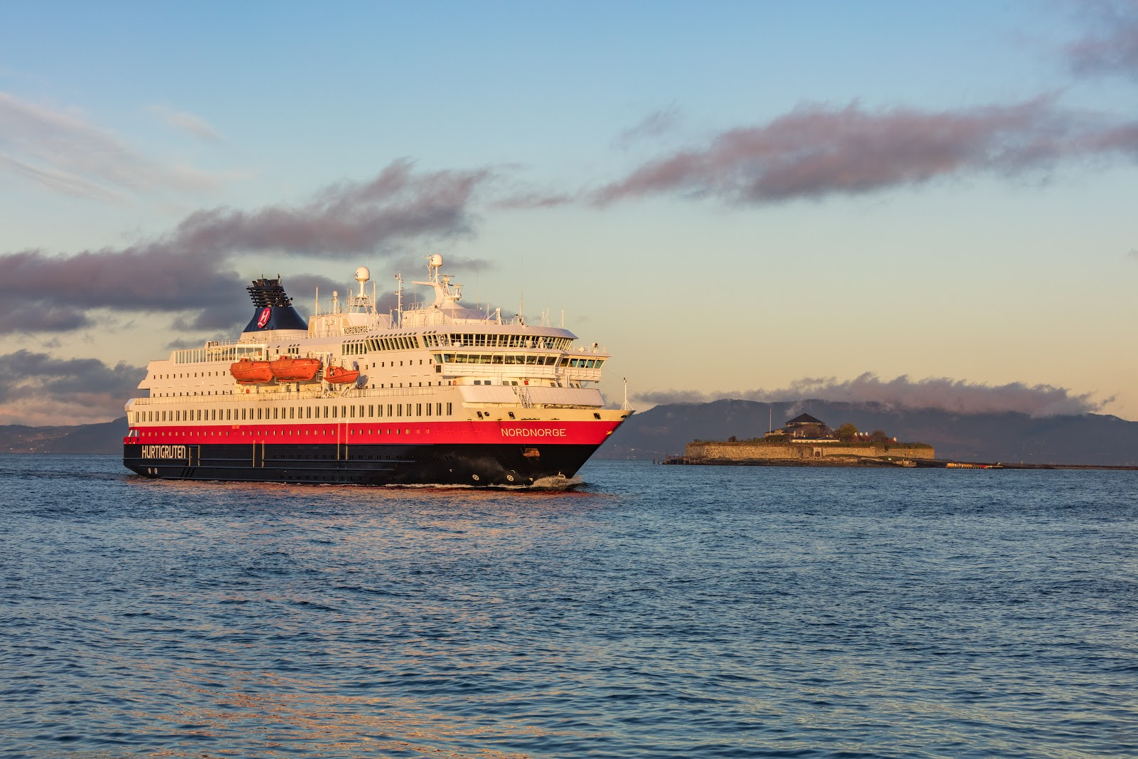 Hurtigruten's Nordnorge arriving in Trondheim and Munkholmen Island. Photo: ©Fotoknoff.no. Unauthorized use is prohibited.