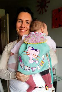 Martina con su mochila y con mamá