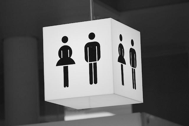 Come usare la coppetta mestruale in un bagno pubblico
