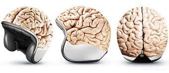 Casco de moto con cerebro de fuera.