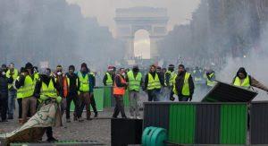 Tι είναι τα «Κίτρινα Γιλέκα» που φέρνουν την επαναστάτη στη Γαλλία μέσω facebook