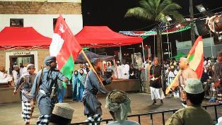 En la provincia de Dhofar, al sur del país, Omán tiene uno de los únicos pulmones de Oriente Medio. Desde el 15 de julio, los omaníes apuraron hasta el último día de agosto para celebrar toda una rareza en esta época del año en la zona, el Khareef (otoño), o lo que es lo mismo, el monzón, con el Festival de Turismo de Salalah. La segunda ciudad más importante del sultanato, tras la capital Mascate, vio cómo sus calles se llenaban para abrazar el fenómeno meteorológico, doblando su número de habitantes.