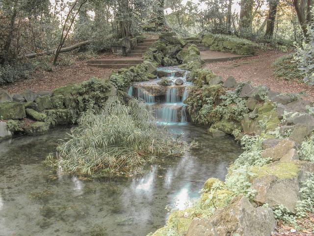 Cascata nel bosco di lecci a Caserta