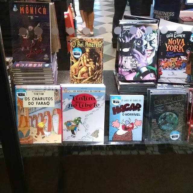 Foto da vitrine da Geek do Conjunto Nacional com Tintim, Asterix, O Rei de Amarelo em Quadrinhos, entre outros