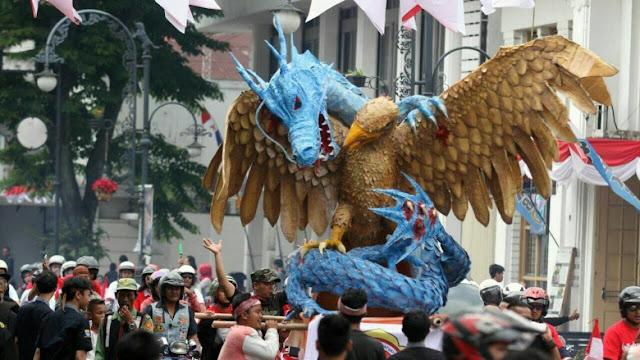 Heboh! Patung Naga Melilit dan Mencengkeram Burung Garuda, Di Arak Di Kota Bandung