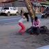 Wow! Dengan Hal Sepele Ini Kedua Pasanganan Ini Bertengkar di Pinggir Jalan? Hingga Pertengkaran Ini Pun Dipisahkan Oleh Polisi!