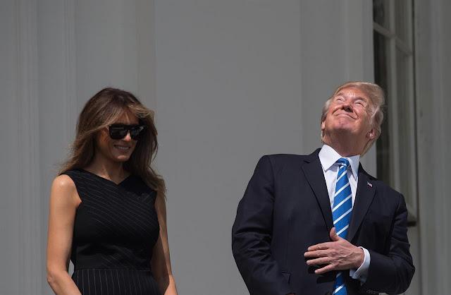 Tổng thống Hoa Kỳ, ông Donald Trump trong một khoảnh khắc quên mang kính bảo vệ mắt mà nhìn trực tiếp lên Mặt Trời. Dù ngay sau đó ông đã mang kính vào nhưng hình ảnh này không được các nhà khoa học khuyến cáo. Hình ảnh: Getty Images.
