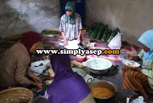 SIBUK : Para kaum perempuan masih tetap sibuk memasak dan menyiapkan makanan bagi para tamu undangan  yang datang silihh berganti. Foto Asep Haryono