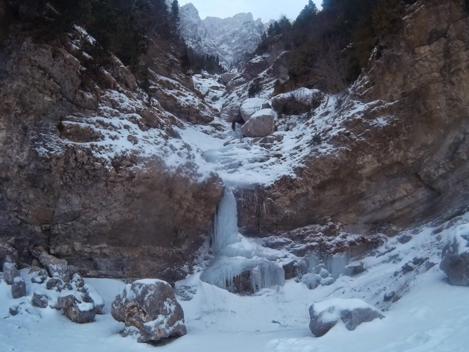 Con un par de crampones escalada en hielo cascada de l for Cascada par