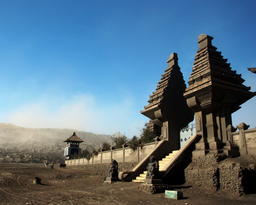 Travel.Tinuku.com Bromo Tengger Semeru National Park in East Java includes 15 volcanoes and indigenous heritage Tengger tribe