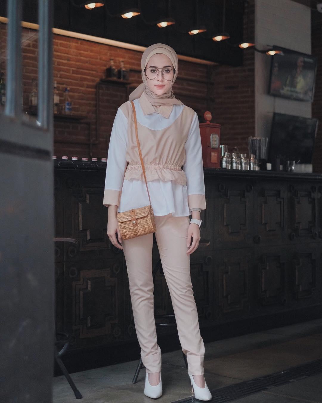 OOTD Baju Hijab Kekinian Ala Selebgram 2018 ciput cream hijab segi empat scarf top blouse outerwear longpants celana bahan orange muda tas slingbag rotan coklat muda high heels wedges jam tangan layar sentuh putih kacamata bulat coklat tua gaya casual bahan katun selebgram