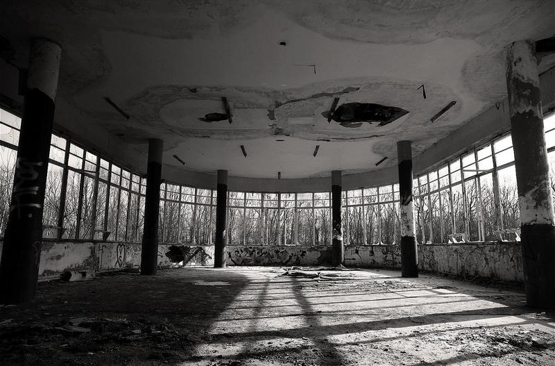 noir et blanc de la salle principale du sanatorium Joseph Lemaire abandonné au centre d'un bois en Belgique