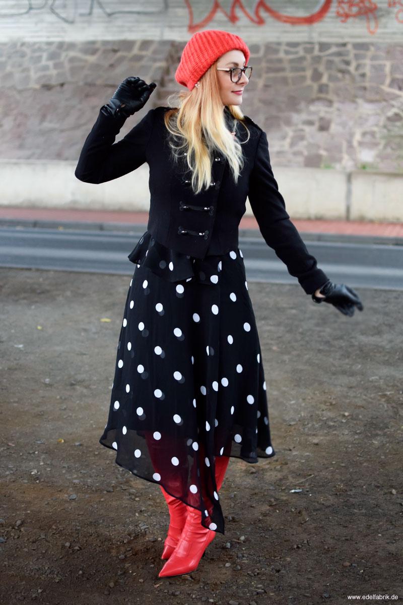 rote Stiefel, rote Overknees, Kleid mit Punkten