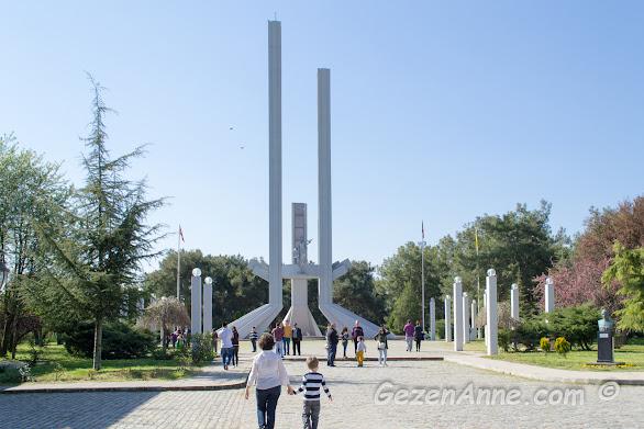 Lozan Barış Anıtı önünde oğlumla dolaşırken, Karaağaç Edirne