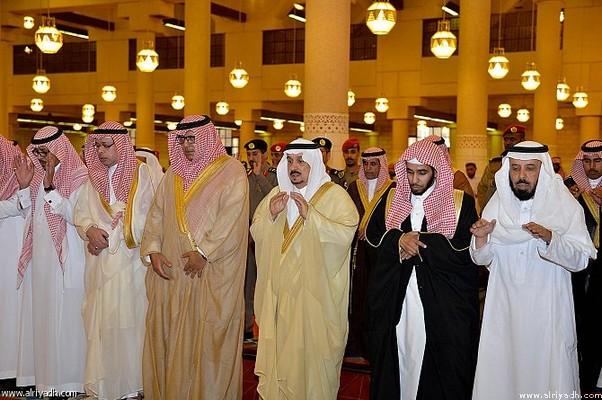 أمير الرياض فى صلاة الميت على والدة الامير نواف بن سعود