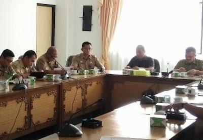 Sebagai pembuka rapat, Kabag Ekon Setda Kabupaten Sekadau Subhan menjelaskan mengenai pedoman umum seleksi penerimaan calon direktur PDAM Sirin Meragun untuk masa jabatan 2017 hingga 2021.