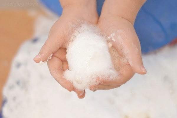 MAKE SNOW FOAM for kids this winter. This homemade snow is actually cold! #snow #snowfoam #makesnowforkids #makesnow #homemadesnow #howtomakesnow #makesnowwithshavingcream #snowplay #snowrecipesforkids #snowrecipe #growingajeweledrose #activitiesforkids #winteractivities #wintercrafts