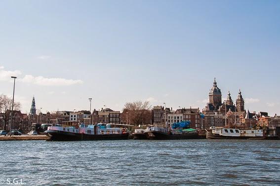 Amsterdam y la iglesia de San Nicolas. Un paseo en barco por sus canales