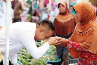 "<b>Blusukan di Pasar Bima, Mori Hanafi Jadi ""Rebutan"" Para Pedagang</b>"