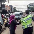 Perempuan Ini Amuk dan Cakar Polisi di Tengah Jalan