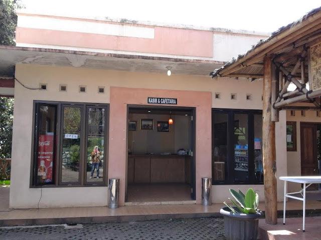 kafetaria untuk melepas lelah dan dahaga di Gua Rong