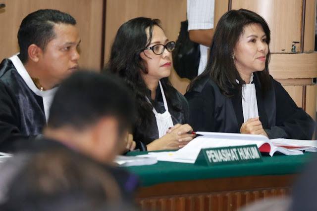 Tim kuasa hukum Basuki Tjahaja Purnama alias Ahok, yaitu Fifi Lety Indra (kanan) yang merupakan adik kandung Ahok, Josefina Agatha Syukur (tengah), dan Daniel (kiri), bersiap mengikuti sidang Peninjauan Kembali (PK) vonis dua tahun penjara terhadap Ahok di Pengadilan Negeri Jakarta Utara, Jakarta, Senin (26/2/2018). Dalam persidangan tersebut majelis hakim telah memeriksa bukti baru atau novum yang diberikan tim kuasa hukum, dan majelis hakim tidak langsung memutuskan permohonan PK Ahok diterima atau ditolak, namun Keputusan akhir akan dilakukan Mahkamah Agun