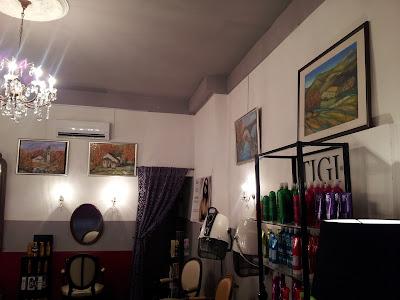 Une partie des œuvres d'Inma Abbet exposée au Studio 54, salon de coiffure mixte à Montpellier.