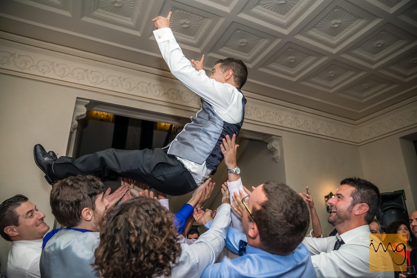 Fotografía del manteo al novio en la boda