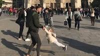 Γιατί όλοι ψάχνουν τον άντρα με το κοριτσάκι της φωτογραφίας που τραβήχτηκε έξω από την Παναγία των Παρισίων