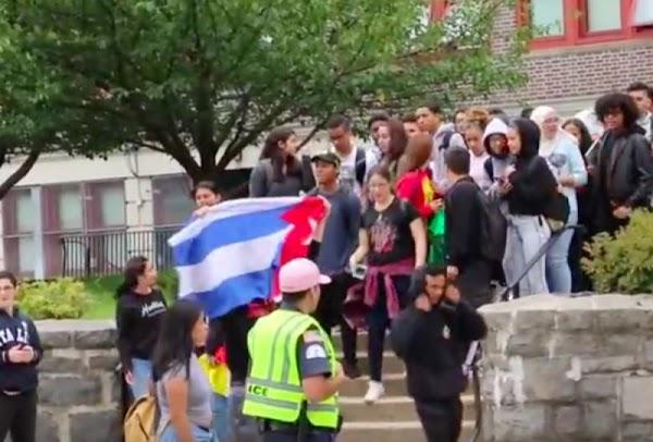 Alumnos se manifiestan tras discriminación por parte de su maestra al exigir que no hablen español.