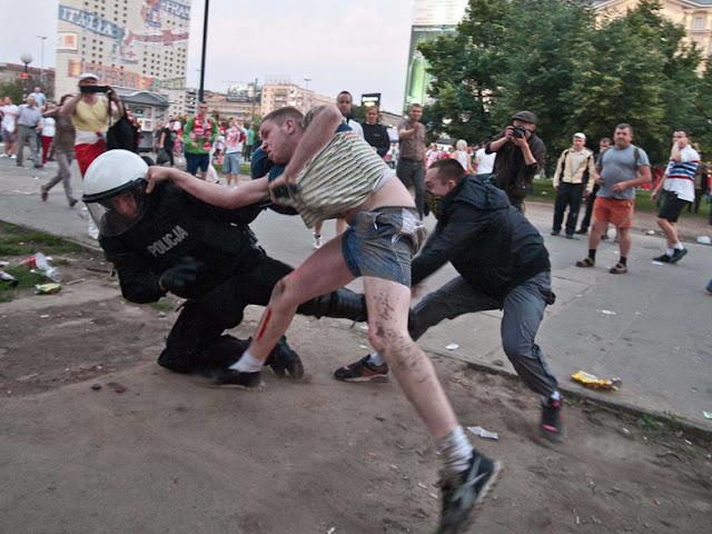 Vidéo. Des Policiers belges tabassés par des hooligans !