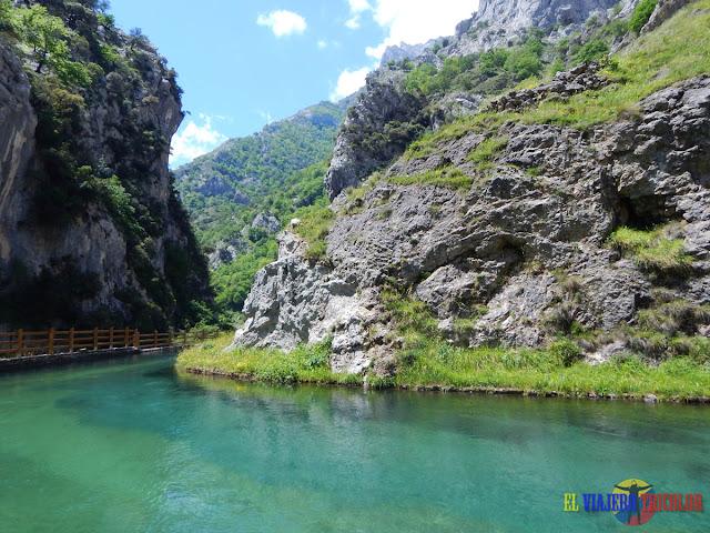 Canal de agua en los Picos de Europa