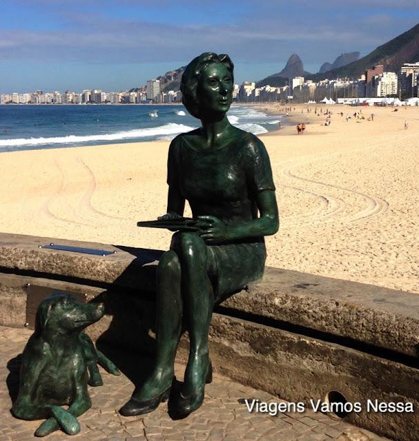 Estátua de bronze de Clarice Lispector sentada na Mureta do Leme, Rio de Janeiro, RJ