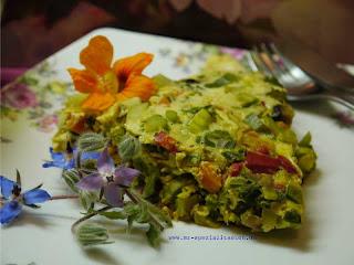Gemüse-Omlette mit Blumen Himbeer Balsam essig Rosen Deilat essen