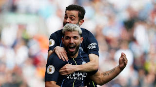 Agüero comemora gol do City sobre o Burnley com Bernardo Silva (Foto: Reuters)