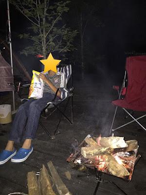 ウッドルーフ奥秩父,ウッドデッキサイトで焚き火にあたりながらポテチ食う長男