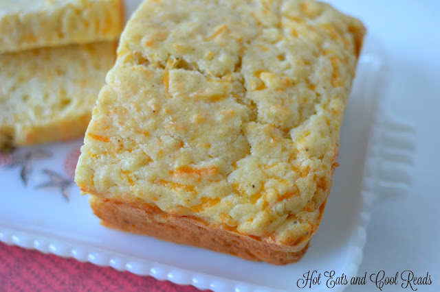 Ready in less than an hour, this quick bread is the perfect addition to any chili, stews or creamy soups! Quick Peppery Cheddar Cheese Bread Recipe from Hot Eats and Cool Reads