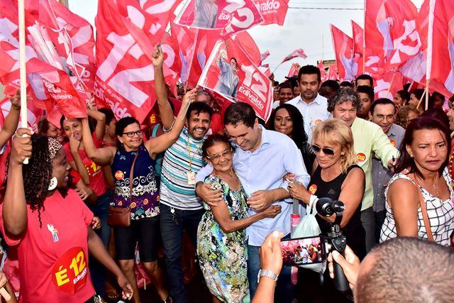 Edivaldo cita ações na Cultura em caminhada na Vila Passos
