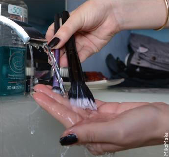 Comment nettoyer et entretenir ses outils de maquillage : laver ses pinceaux