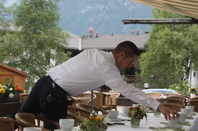 Hochzeitskaffee - Kaffee und Kuchen auf der Seeterrasse, Seehaus am Riessersee, Riessersee Hotel Garmisch-Partenkirchen, #Riessersee #Hochzeit #Garmisch #bunte Wiesenblumen #Riessersee Hotel #heiraten #Bergwiese #freie Trauung