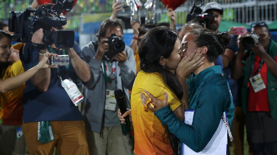 Isadora Cerullo do rúgbi é pedida em casamento por companheira na Rio-2016. Foto: Alessandro Bianchi/Reuters