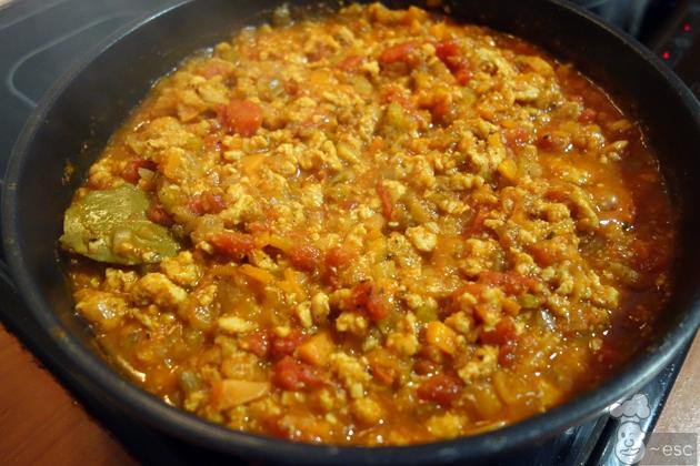 Añadimos 1 vaso del caldo anterior y salpimentamos al gusto (añadimos también algo de picante si nos gusta). Removemos bien y dejamos cocinar durante 10 min a fuego medio.